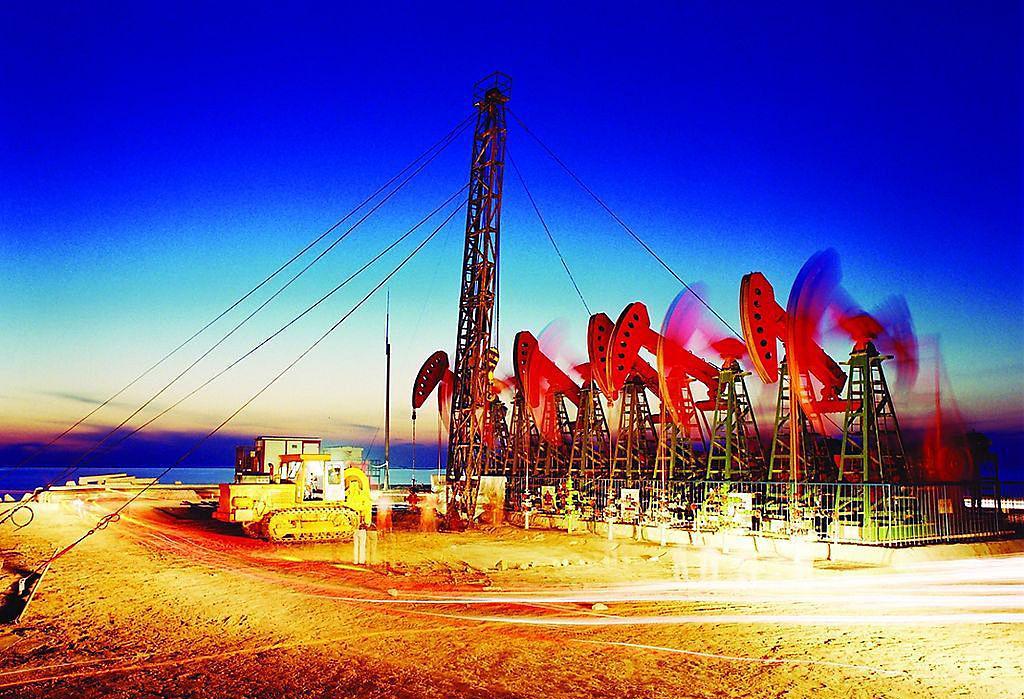 油价继续冲高 原油库存下降和伊朗局势带来支撑