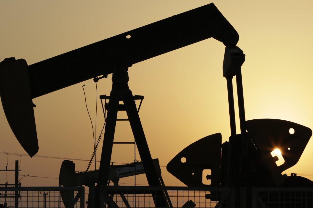 美股大涨及钻井数下降  原油强劲反弹终结三连跌