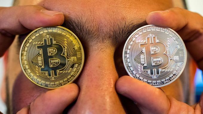 加密货币市值蒸发逾420亿比特币一度跌破6700美元