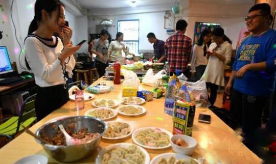 """大学生创业:福建农大毕业生开""""共享厨房""""受热捧 月收入上万"""