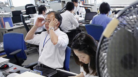 日本人无偿加班减至人均195.7小时 同比下降26%