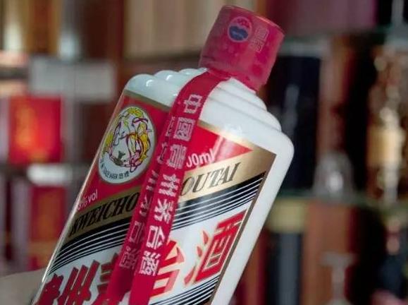 """贵州茅台:为什么酒瓶子上要挂个""""红飘带""""?受教了!"""
