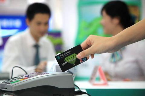 白领捂紧钱包 是谁在引领消费?